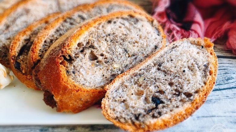 芝麻核桃黑麦包,切开品尝更美味,外脆内软的感觉真好,芝麻核桃香味十足。