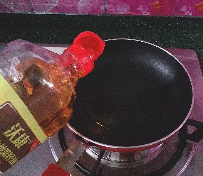 磷虾韭菜锅贴,平底锅烧热倒入菜籽油