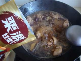 板栗烧鸡块,倒入栗子,盖盖中小火炖煮20分钟