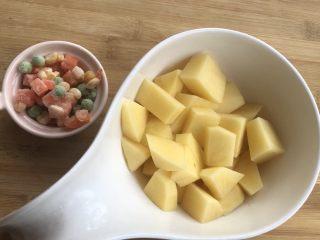 新手菜谱,土豆排骨焖饭,土豆切小块。