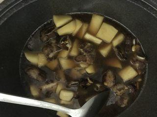 新手菜谱,土豆排骨焖饭,加入热水。
