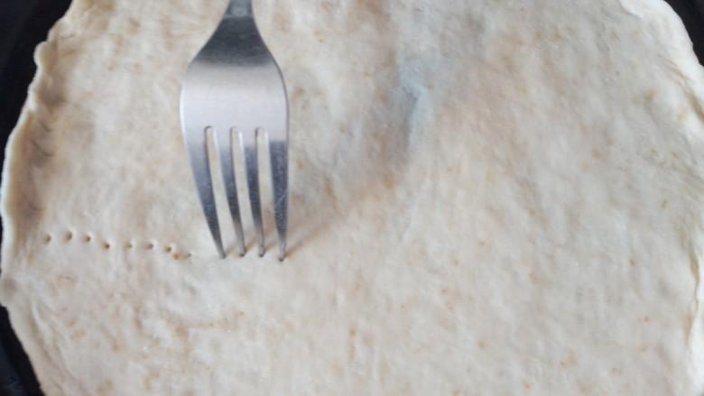 麦片培根火腿披萨,用叉子扎洞