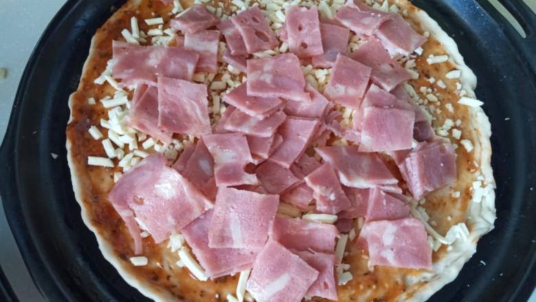 麦片培根火腿披萨,放上培根