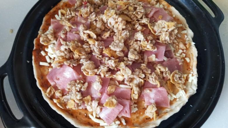 麦片培根火腿披萨,放上麦片