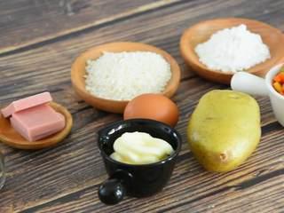 土豆可乐饼—没有可乐却叫它可乐饼?,『食材』  土豆/蔬菜粒/鸡蛋/胡椒粉 盐/火腿丁/色拉酱/淀粉/面包糠