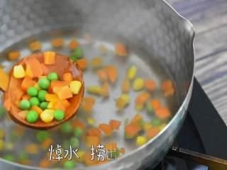 土豆可乐饼—没有可乐却叫它可乐饼?,蔬菜粒焯水后捞出。