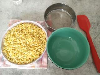 免炒无油无糖~清甜绿豆冰糕,免炒版的就要过筛:准备好一个过滤网(面粉筛),大碗,硅胶铲