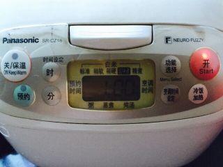 养胃粥+南瓜金粥,盖上电饭煲盖子按煮粥功能键开始煮粥约60分钟