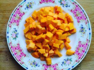 养胃粥+南瓜金粥,将南瓜表面清洗干净去皮切成小块
