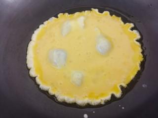 洋葱炒鸡蛋,把鸡蛋液倒入锅里。