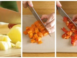 宝宝黄焖鸡24m+,土豆、胡萝卜、彩椒,都切成小块~