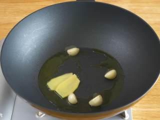 宝宝黄焖鸡24m+,放入大蒜、姜片,煸炒出香味~