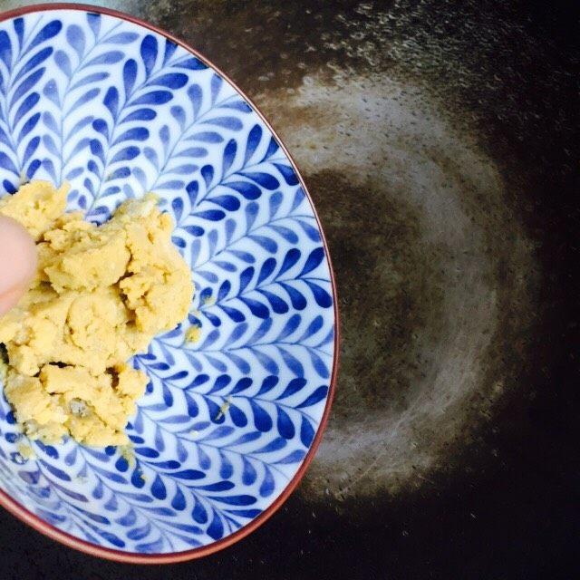 营养美味+金沙秋葵,锅中倒入食用油(1勺)加热至六成热,倒入碾碎的蛋黄