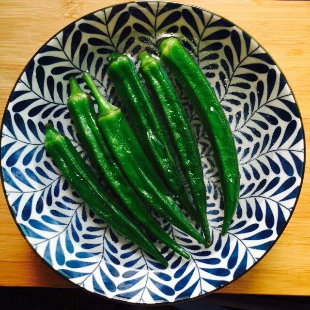 营养美味+金沙秋葵,将秋葵捞起放入冰水中冰镇
