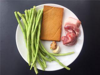 豇豆香干炒肉丝,准备材料如图。
