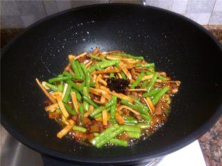 豇豆香干炒肉丝,放入老干妈油辣椒翻炒10秒即可关火。