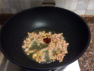豇豆香干炒肉丝,放入豆瓣酱翻炒10秒,炒出香味。