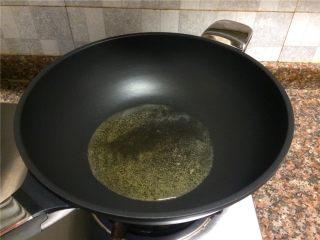 豇豆香干炒肉丝,热锅倒油烧至七成热。
