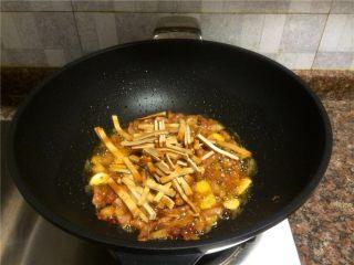 豇豆香干炒肉丝,放入豆腐干翻炒20秒。