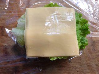自制三明治,再放上芝士片