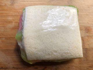 自制三明治,用保鲜膜包起来,包的越紧越好哈