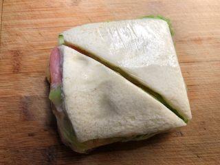 自制三明治,用刀从中间切开