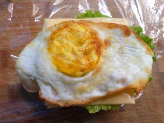 自制三明治,再放上煎蛋