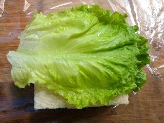 自制三明治,再放上生菜