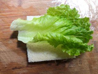 自制三明治,放上生菜