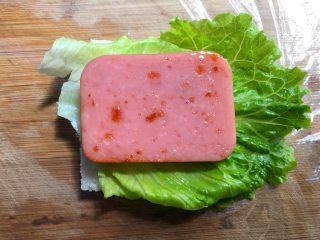 自制三明治,再放上香肠