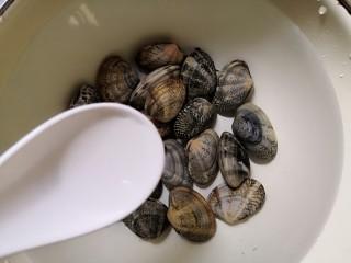 丝瓜花蛤汤,倒入花蛤,再加入一勺白醋(白醋可以杀菌消毒)。
