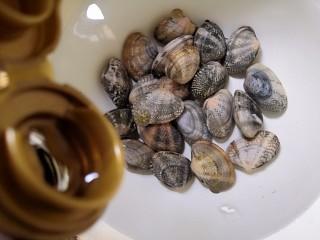 丝瓜花蛤汤,倒入几滴香油搅拌均匀,静止半小时以上。