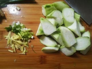丝瓜花蛤汤,葱姜切好,丝瓜去皮切滚刀块备用。