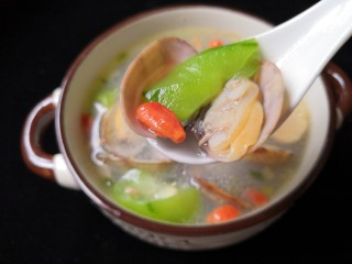 丝瓜花蛤汤,夏季里一道物美价廉而且非常好喝的一道汤。