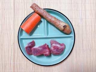【宝宝辅食】胡萝卜山药排骨汤,准备食材:排骨 两段、胡萝卜适量、山药适量