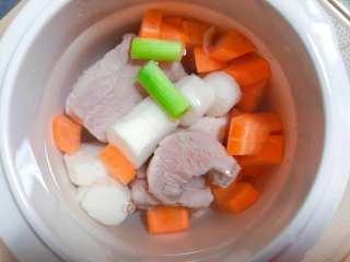 【宝宝辅食】胡萝卜山药排骨汤,把去掉浮沫的排骨捞出,和胡萝卜、山药一同放入宝宝炖盅里