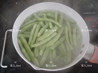 干煸四季豆,锅里放入适量的水烧开,倒入四季豆