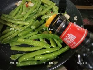 干煸四季豆,炒至干水的时候加入盐和1/3汤匙的生抽,翻炒均匀