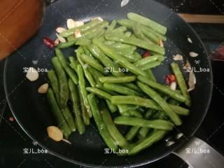 干煸四季豆,炒至干水