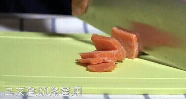 三文鱼厚蛋烧,三文鱼🍣切条备用