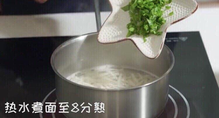 三文鱼厚蛋烧,热水♨️煮面至八分熟
