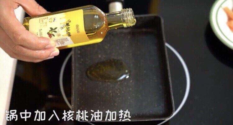 三文鱼厚蛋烧,锅中加入核桃油加热