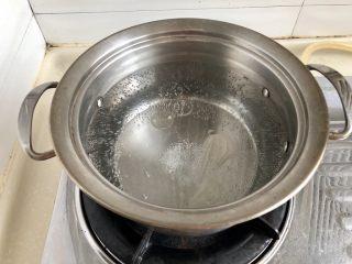 夏日惹味小菜系列➕雪菜肉末炒毛豆,放入几滴食用油,然后下入毛豆米,加点油和盐可以保证煮好的毛豆米颜色依旧翠绿