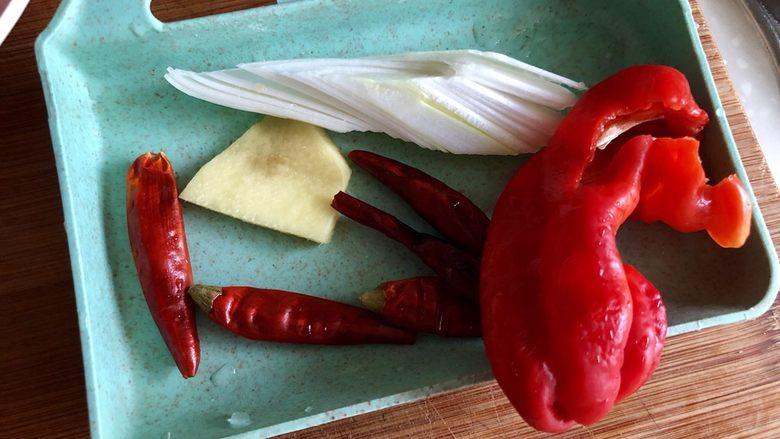 夏日惹味小菜系列➕雪菜肉末炒毛豆,姜去皮,红椒去蒂去籽,与葱白干辣椒一同洗净