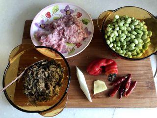 夏日惹味小菜系列➕雪菜肉末炒毛豆,食材合照:毛豆米200g,猪肉末120g,腌雪菜约100g,阿晨直接买的切好的雪菜,如果大家用的整颗的雪菜,那清洗后切末就行。大葱葱白一小节,姜一小片,新鲜红椒一颗,干辣椒五颗(怕吃辣的宝宝们可以不放干辣椒)