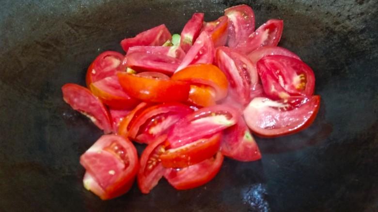 番茄黄瓜肉片汤,倒入番茄翻炒至出汁儿
