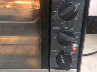 蓝莓酸奶麦芬杯,烤箱预热170度,将瓦达恩小蛋糕烤盘放置中层,烤制25分钟左右。  一般蛋糕表面显金黄色即可出炉。  根据烤箱的实际情况调节时间和温度。