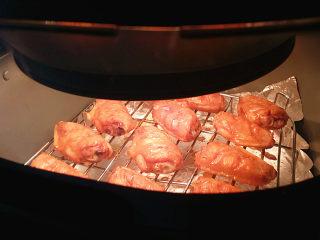 奥尔良烤鸡翅 ,加盖继续烤制