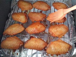 奥尔良烤鸡翅 ,烤至8分钟左右、打开上盖刷层腌汁后翻面