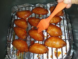 奥尔良烤鸡翅 ,过8分钟后再取出、翻面,刷层蜂蜜水